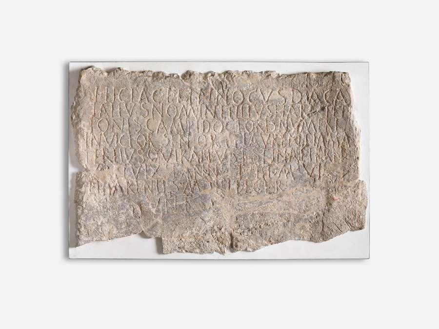 MGML – Poznoantična nagrobna plošča z Gosposvetske ceste (PRESS)